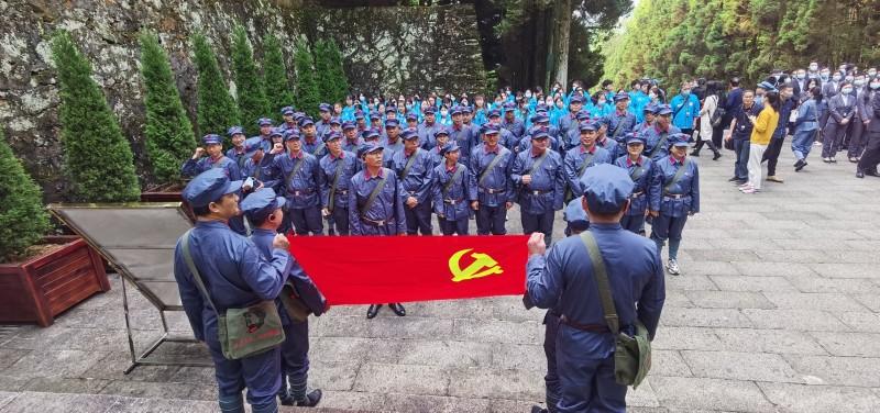 革命烈士陵园重温入党誓词